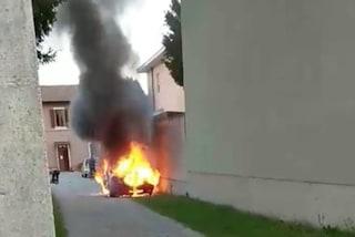 Milano, resta intrappolato nell'auto in fiamme: morto un 34enne a Cassina Nuova di Bollate