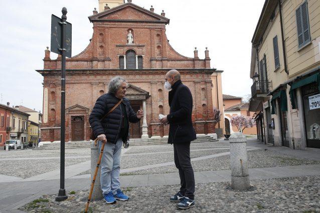 Due uomini nel centro di Codogno (immagine di repertorio – AP Photo/Antonio Calanni
