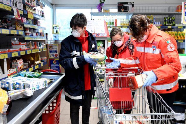 Volontari della Croce rossa fanno la spesa per gli anziani