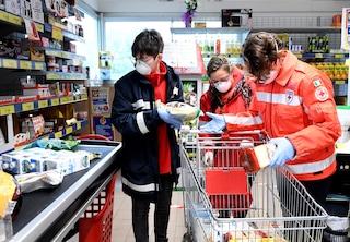 """Milano, torna """"Spesa a domicilio"""", il servizio che aiuta i negozi di vicinato e chi è in difficoltà"""