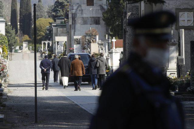 A Bergamo uno dei tanti funerali in forma privata per le vittime del coronavirus (foto LaPresse)