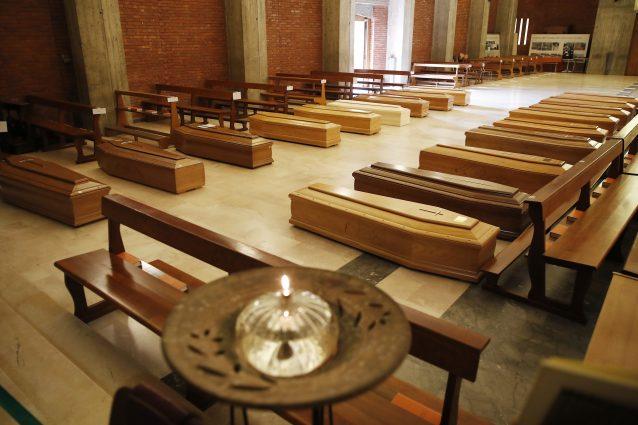 Decine di bare nella chiesa di Seriate (Foto LaPresse)