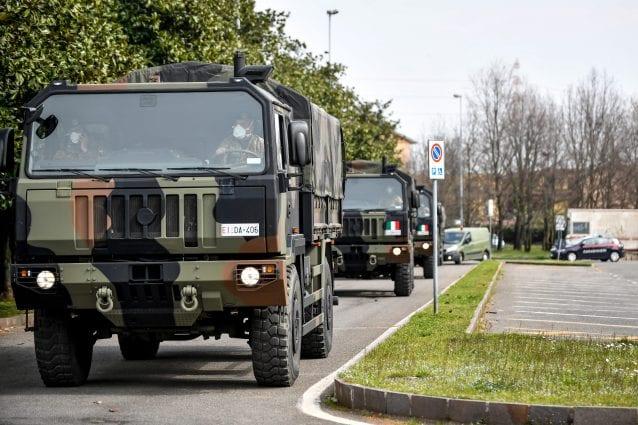 I camion dell'esercito arrivati a Cinisello Balsamo (Foto LaPresse)