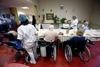 I parenti degli anziani si oppongono al vaccino anti Covid: Rsa fa ricorso al giudice