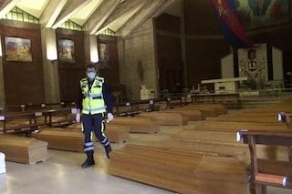 Coronavirus, chiesa di Seriate trasformata in deposito di bare: intervengono i camion dell'esercito