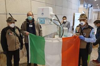 """Coronavirus, volontari costruiscono ospedale da campo a Bergamo: """"Ci mettiamo sempre il cuore"""""""