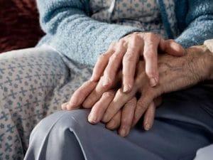 Anziani, le morti silenziose nelle case di riposo: in Lombardia si contano centinaia di vittime