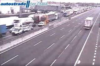 Coronavirus, traffico in tilt sull'autostrada A4 tra Milano e Bergamo per i controlli della polizia