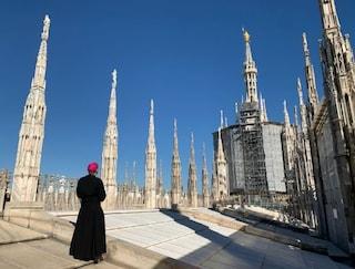 Coronavirus, l'arcivescovo Delpini prega la Madonnina sulle terrazze del Duomo di Milano