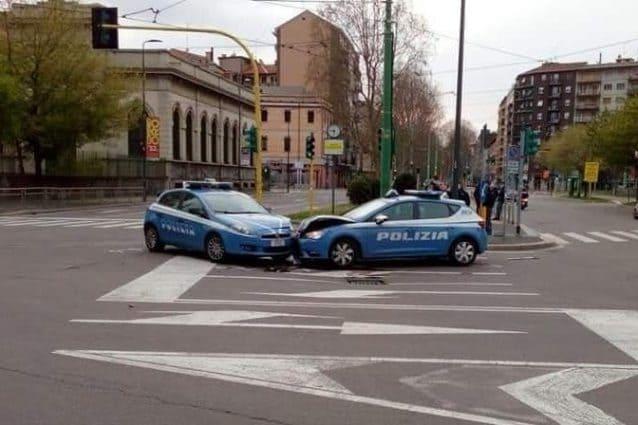 Milano, scontro tra due volanti della polizia nelle strade deserte della città