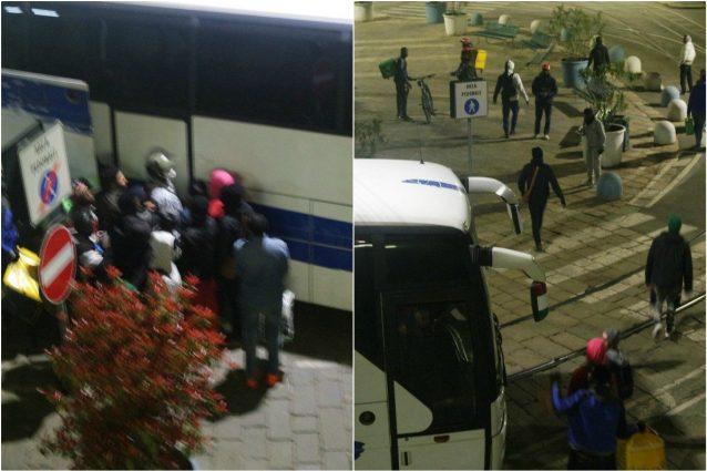 I rider all'esterno del bus in attesa di salire (foto Fanpage.it)