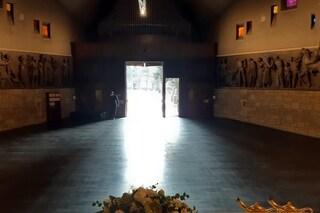 Bergamo, il cimitero simbolo dell'emergenza riapre al pubblico: messa nella chiesa senza più bare