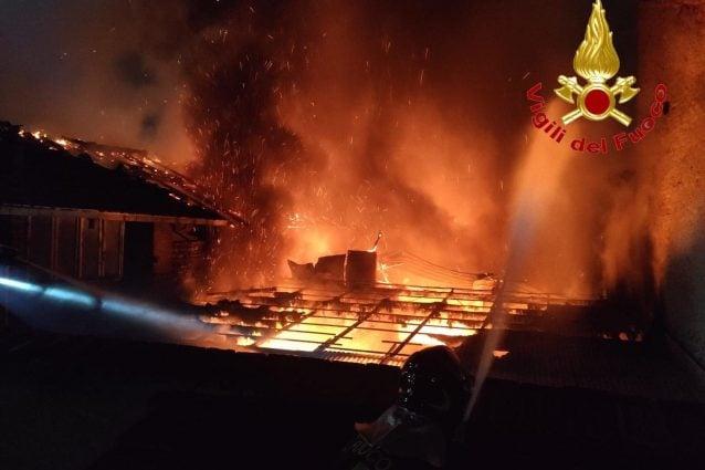 I vigili del fuoco impegnati a domare le fiamme (Foto Vv.Ff)