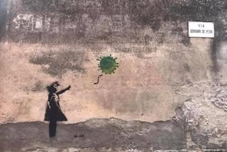 La street art di Banksy reinterpretata: bimba lascia volare un palloncino a forma di Coronavirus