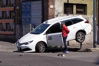 Milano, taxi si ribalta in un incidente con altri 2 veicoli: l'auto bianca finisce sui dissuasori