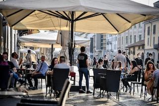 A Milano riparte l'aperitivo: pochi tavolini sui Navigli, controlli all'Arco della Pace