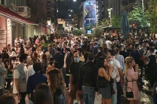 Folla in corso Garibaldi a Milano