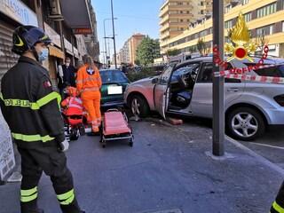 Milano, tragico incidente tra 5 auto in viale Monza: pedone investito sul marciapiede, è grave
