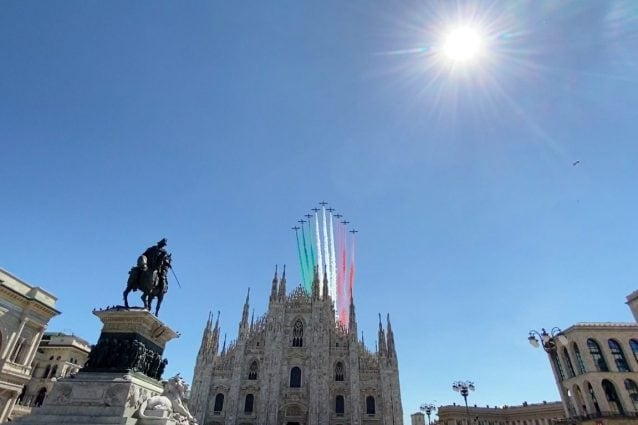 Le Frecce Tricolori in piazza Duomo a Milano (foto Fanpage.it)