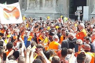 """Milano, gilet arancioni in piazza senza distanza e mascherine, questura: """"Saranno denunciati"""""""