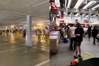 Milano, folla all'Ikea nel primo giorno di apertura: clienti in fila due ore per poter entrare