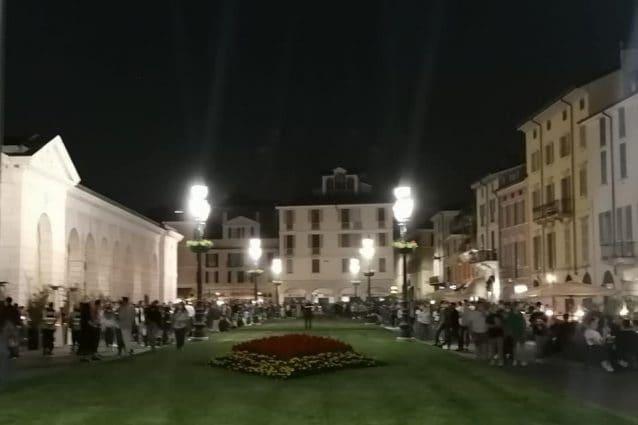 Movida in piazzale Arnaldo a Brescia (Foto dalla pagina Facebook del sindaco Del Bono)