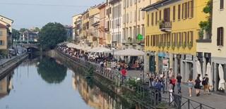 Milano, torna la movida sui Navigli: tra mascherine e distanze di sicurezza da rispettare