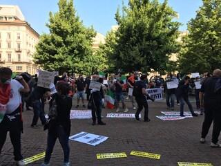 """Milano, ancora proteste da parte degli ambulanti: """"Fateci lavorare, abbiamo famiglie da sfamare"""""""
