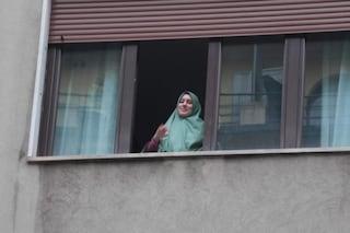 Silvia Romano è tornata a Milano: applausi dai balconi nel quartiere Casoretto