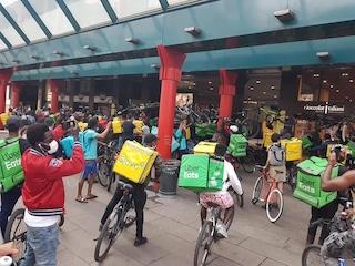 """Divieto bici sui treni, venerdì 19 giugno protesta dei rider: """"Vogliamo soluzione al più presto"""""""