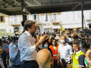 """Comizio di Salvini a Codogno, tra assembramenti e selfie: """"Restiamo comunità per tutti i morti"""""""