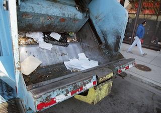 Incidente sul lavoro a Fizzonasco, netturbino schiacciato dal camion dei rifiuti: è grave