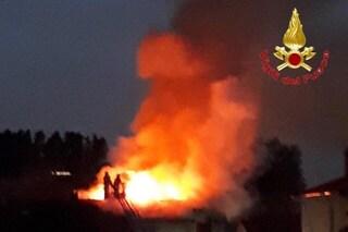 Milano, fulmine colpisce tetto e provoca un incendio: a fuoco la mansarda di un palazzo