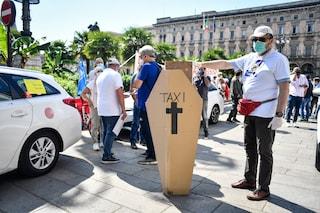 Milano, oggi lo sciopero dei taxi: una bara in piazza Duomo per protesta contro la crisi