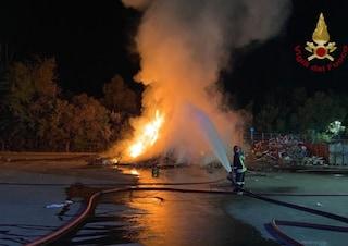 Roghi notturni a Milano, auto e cassonetti di rifiuti dati alle fiamme: si cerca i responsabili