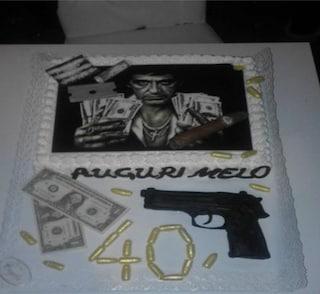 Proiettili d'oro, cocaina e dollari in pasta di zucchero. La torta Scarface per il figlio del boss