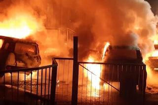 Abbiategrasso, badante incendia per vendetta due auto della famiglia per cui lavorava: arrestata