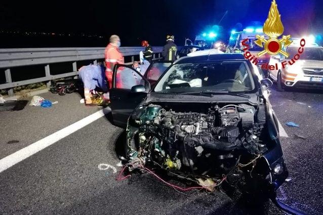 Una delle auto distrutte nell'incidente (Foto: Vigili del fuoco)