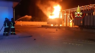 Rho, trasformatore dell'Enel prende fuoco in piena notte: fiamme alte cinque metri
