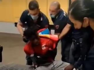 """Milano, polizia arresta rider che voleva salire con la bicicletta sul treno: """"È assurdo"""""""