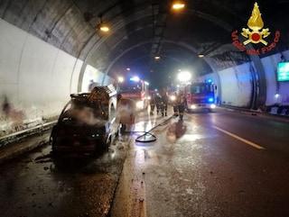 Lecco, furgone in fiamme in galleria: in salvo due persone, chiusa per ore la statale 36