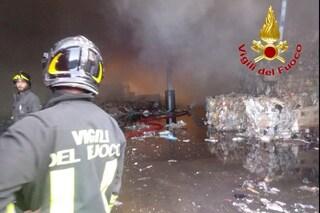 Vignate, incendio nel capannone di un'azienda di rifiuti: si teme inquinamento dell'aria