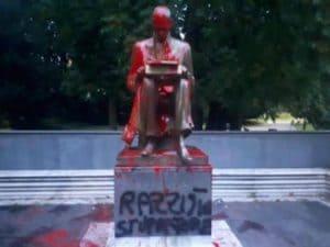 La statua di Indro Montanelli imbrattata di vernice