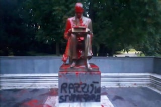 """Milano, imbrattata di vernice la statua del giornalista Indro Montanelli: """"Razzista, stupratore"""""""