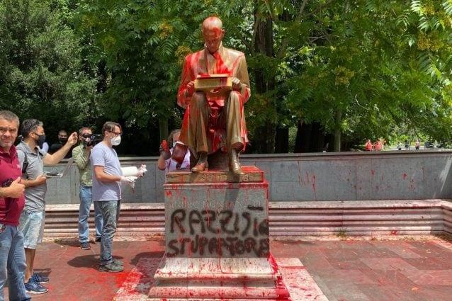 La statua di Indro Montanelli vandalizzata (foto Fanpage.it)