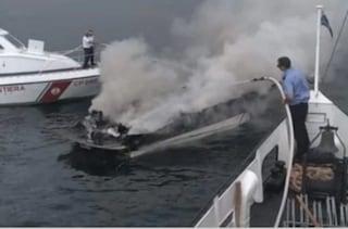 Motoscafo in fiamme sul lago di Garda: quattro turisti si salvano gettandosi in acqua