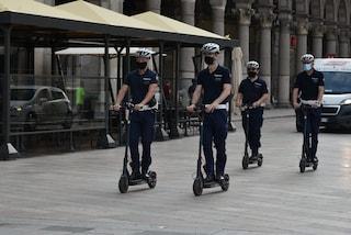 """Milano, agenti della polizia locale in monopattino: anche i """"ghisa"""" scelgono la mobilità sostenibile"""