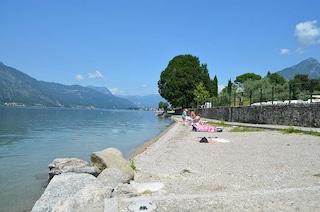Lecco, prendevano il sole in spiaggia completamente nudi: scattano le multe da 3.300 euro