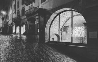 """""""E quindi uscimmo a riveder le stelle"""": la scritta a neon che illumina la piazza a Bergamo"""