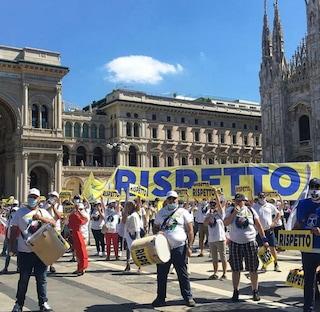 """Milano, protesta degli infermieri in piazza Duomo: """"Rispetto, nostri stipendi più bassi d'Europa"""""""